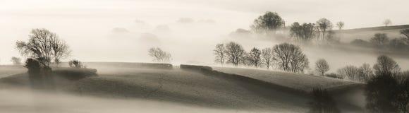 Engelska landskap i morgonmisten arkivbild