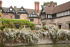 Engelska omgiven med vallgrav mangårdsbyggnad Royaltyfri Foto