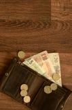 Engelska pengar i brun läderplånbok Arkivfoton