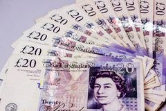 Engelska 20 pund rulle på en tabell royaltyfri fotografi