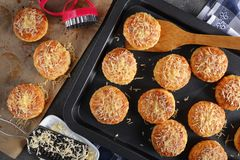 Engelska sconeser som strilas med grated ost royaltyfria foton