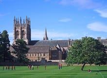 Engelska skolapojkar spelar en utomhus- sport liksom fotboll Fotografering för Bildbyråer