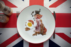 Engelska stekt frukostöversikt med den brittiska flaggan Royaltyfria Foton