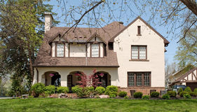 Engelska Tudor Style Home Royaltyfri Bild