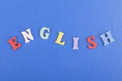 Engelska uttrycker på blå bakgrund som komponeras från träbokstäver för färgrikt abc-alfabetkvarter, kopieringsutrymme för annons Royaltyfria Bilder