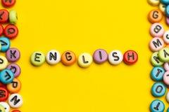 Engelska uttrycker samlat från träbokstäver för det färgrika abc-alfabetkvarteret, kopieringsutrymme för annonstext books isolera Royaltyfria Foton