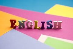 Engelska uttrycker samlat från träbokstäver för det färgrika abc-alfabetkvarteret, kopieringsutrymme för annonstext books isolera Royaltyfri Fotografi