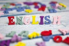 Engelska uttrycker samlat från träbokstäver för det färgrika abc-alfabetkvarteret, kopieringsutrymme för annonstext books isolera Arkivfoto