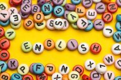 Engelska uttrycker samlat från träbokstäver för det färgrika abc-alfabetkvarteret, kopieringsutrymme för annonstext books isolera Royaltyfria Bilder