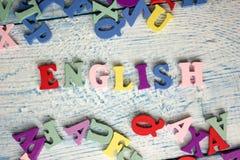 Engelska uttrycker samlat från träbokstäver för det färgrika abc-alfabetkvarteret, kopieringsutrymme för annonstext books isolera Arkivbilder