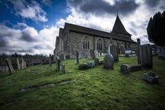 Engelskakyrka och kyrkogård i dramatiskt ljus Arkivfoto