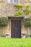 Engelskastenstuga med bruna wood dörrar Arkivbilder