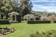 Engelskastilträdgård med härlig grön gräsmatta royaltyfri fotografi