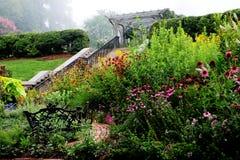 Engelskaträdgård i dimma Royaltyfria Foton