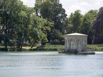 Engelskaträdgård- och Etang damm på slotten av Fontainebleau, Frankrike Arkivfoto