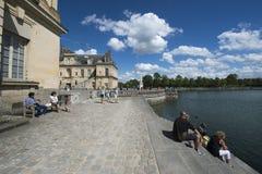 Engelskaträdgård- och Etang damm på slotten av Fontainebleau, Frankrike Arkivbilder