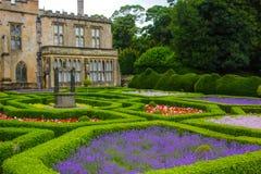 Engelskaträdgård och ett hus arkivbild