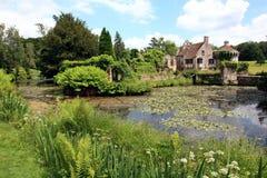Engelskaträdgård och sjö i vår Arkivfoton