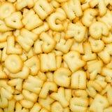 Engelskt alfabet och nummer som göras från bröd Arkivfoton