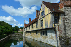 Engelskt klassiskt landshus med en vallgrav arkivbild