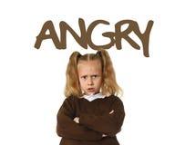 Engelskt lärande ordlistakort med det ilskna ordet och ståenden av den söta härliga flickarubbningen för litet barn Royaltyfri Fotografi