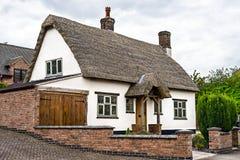 Engelskt stugahus för gammal stil Arkivfoto