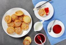 Engelskt te med den nytt bakade sconesen Arkivbild