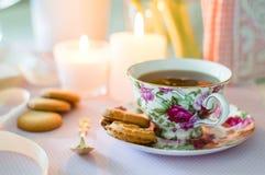 Engelskt te med kakor arkivbild