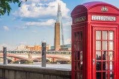Engelskt telefonbås royaltyfria foton