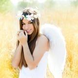 Engelsmädchen auf dem goldenen Gebiet mit weißen Flügeln Stockfotografie