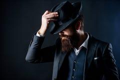 Engelsmanklubba Kriminalare i hatt Mogen hipster med skägget den brutala caucasian hipsteren har mustaschen Affärsman in royaltyfri bild