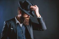 Engelsmanklubba Kriminalare i hatt Mogen hipster med sk?gget den brutala caucasian hipsteren har mustaschen Aff?rsman in fotografering för bildbyråer