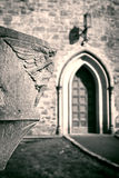 Engelsskulptur, die über Kircheeingang schaut stockbilder