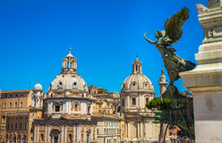 Engelsstatue im Reitermonument zu Victor Emmanuel II nahe Vittoriano in Rom Italien Stockfotos