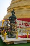 Engelsstatue mit goldenem stupa Stockbilder