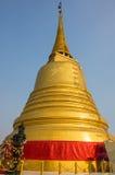 Engelsstatue mit goldenem stupa Stockfotos