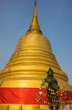 Engelsstatue mit goldenem stupa Lizenzfreies Stockfoto