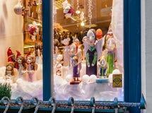 Engelsstatuen im Shopfenster von Weihnachten Riga Stockfotografie
