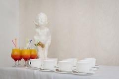 Engelstatuette auf Weiß Statue des Amors, der Dekor innerhalb des Restaurants, der Junge mit Flügeln und Lizenzfreie Stockfotografie