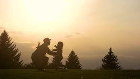 Engendre al niño de elevación en aire sobre el cielo escénico de la puesta del sol almacen de video