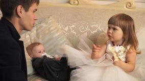 Engendre besar al hijo del bebé y habla con su hija metrajes