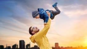 Engendre con el hijo que juega y que se divierte al aire libre imágenes de archivo libres de regalías
