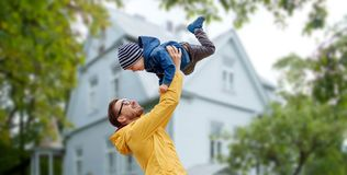 Engendre con el hijo que juega y que se divierte al aire libre fotografía de archivo libre de regalías