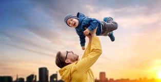 Engendre con el hijo que juega y que se divierte al aire libre fotos de archivo