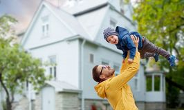 Engendre con el hijo que juega y que se divierte al aire libre fotos de archivo libres de regalías