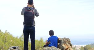 Engendre con el hijo que mira la ciudad abajo almacen de metraje de vídeo
