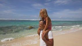 Engendre con la hija con el niño en la playa Fotos de archivo