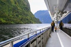 Engendre con la hija que camina en la cubierta de viajar al barco En alguna parte en Nueva Zelandia fotografía de archivo libre de regalías