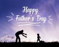 Engendre con los brazos abiertos y su hijo al aire libre Concepto del día de padres Fotografía de archivo libre de regalías