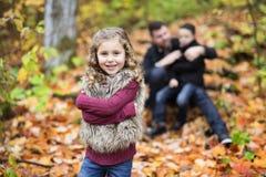 Engendre con los niños en el bosque del abedul del otoño Imagen de archivo
